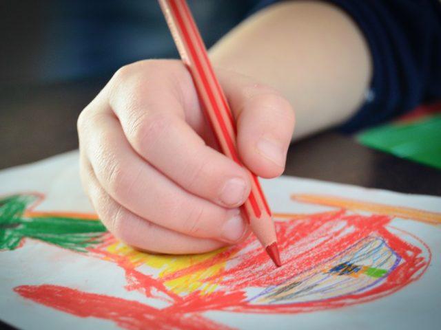 Il disegno infantile, dallo scarabocchio al realismo. Come il disegno si modifica in base all'età del bambino.