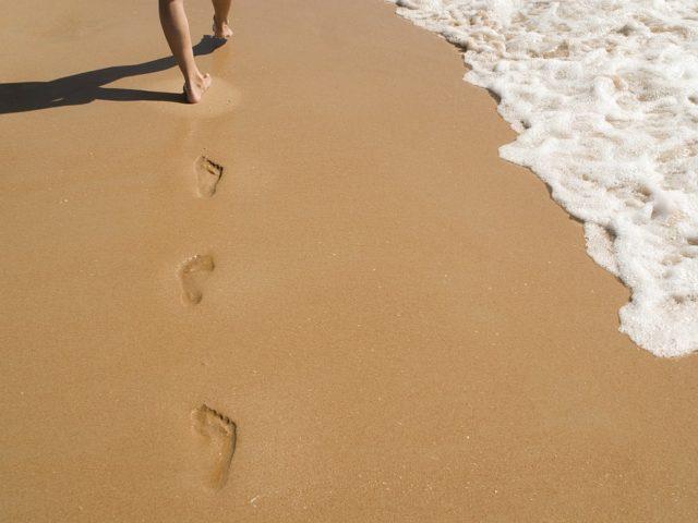 Il barefooting o gimnopodismo: perché camminare a piedi nudi fa bene e quali sono le possibili controindicazioni