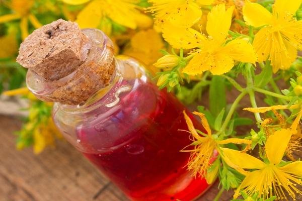 Oleolito di iperico fai da te, gli ingredienti, la ricetta e le istruzioni per fare l'olio di iperico in casa